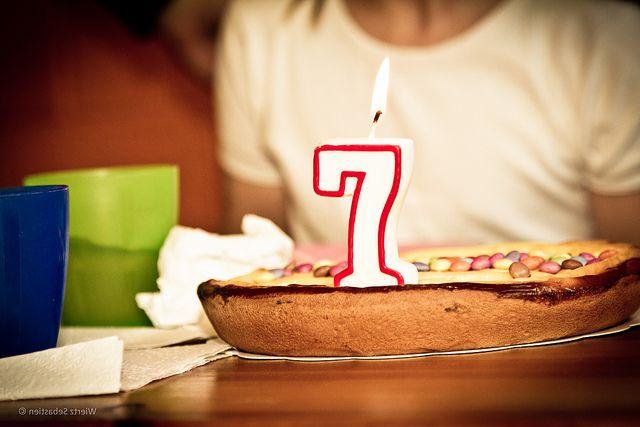 Gâteau d'anniversaire avec une bougie en forme de sept
