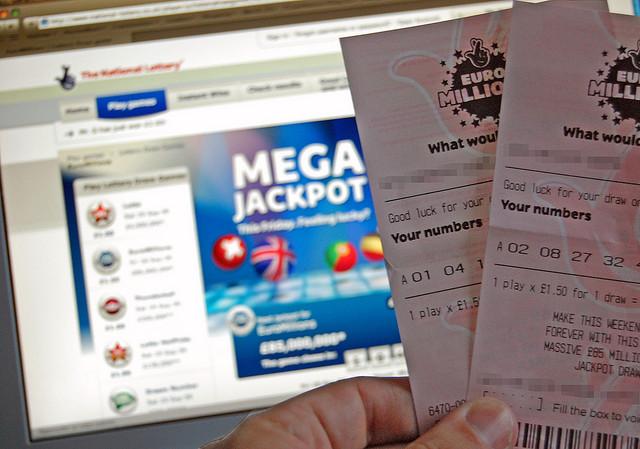 Des tickets d'Euro Millions dans la main d'une personne.