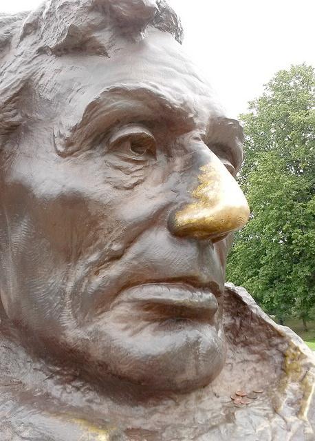 Le buste en bronze d'Abraham Lincoln, dont le nez porte bonheur.