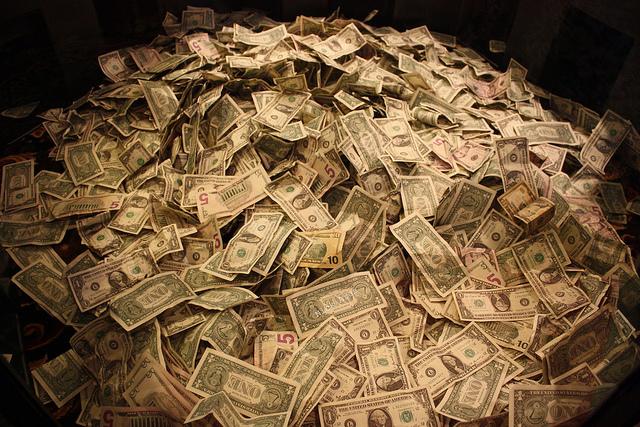Un grand tas de billets de banque.