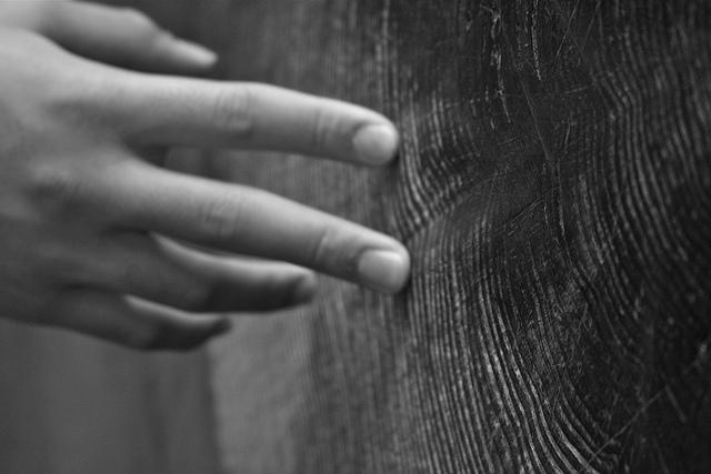 Une main qui touche du bois.