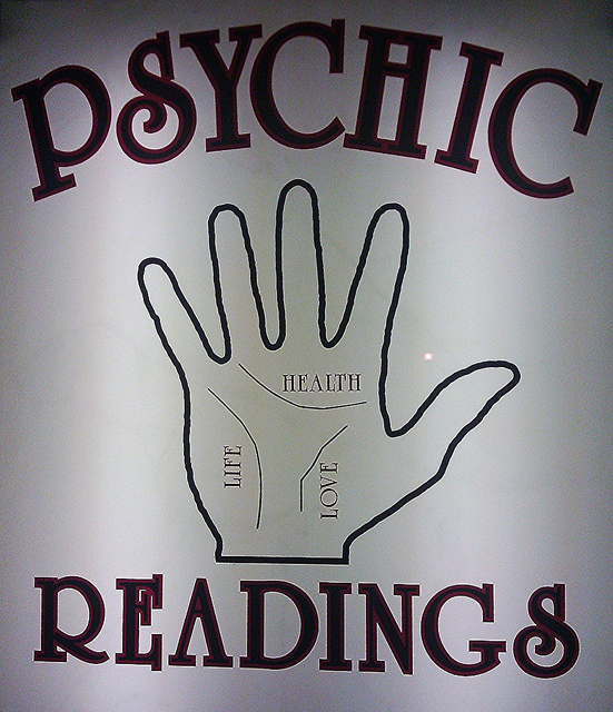 """Photographie d'une illustration d'une enseigne de diseuse de bonne aventure. Inscrit """"Psychic Readings""""."""