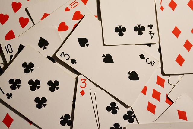 Des cartes à jouer en vrac.