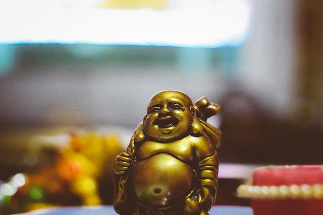Photographie d'un Bouddha rieur.
