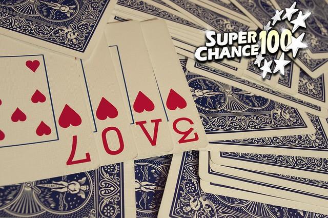Jeu de cartes, quatre cartes de coeur forment le mot LOVE.