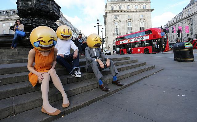 Photographie de personnes déguisées en emoji.