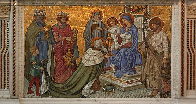 Photographie d'une mosaïque représentation l'adoration du Christ dans les bras de la Vierge.