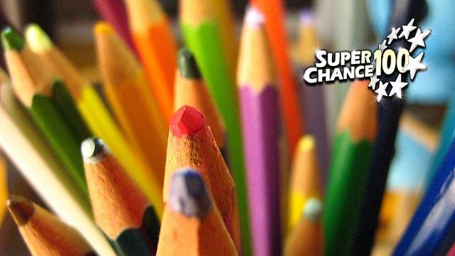 Photographie d'un pot de crayon de couleurs.