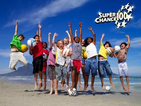 Enfants sautant sur la plage