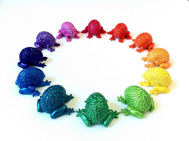 Installation de plusieurs sculptures de cerveaux colorés positionnés en cercle.