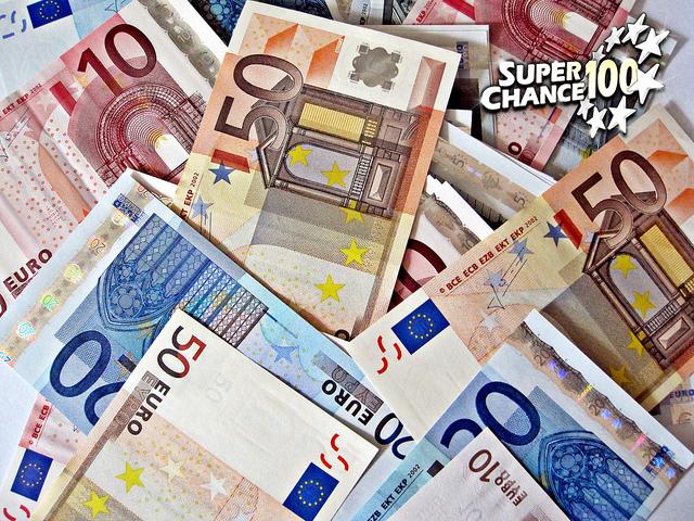 Photographie d'un tas de billets de banque européens.