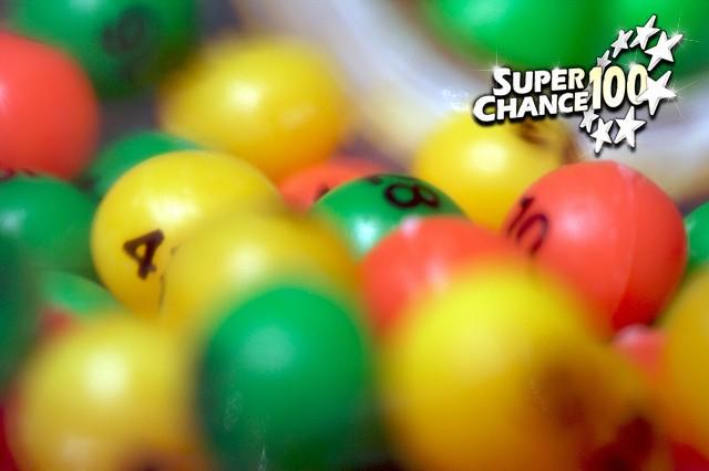 Des balles de loterie vertes, jaunes et orange.