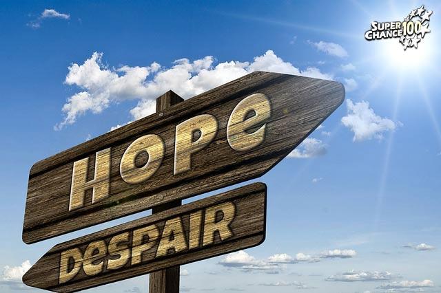 """Panneaux sur lesquels il est écrit """"hope"""" et """"despair"""", soit """"espoir"""" et """"désespoir """" en français."""
