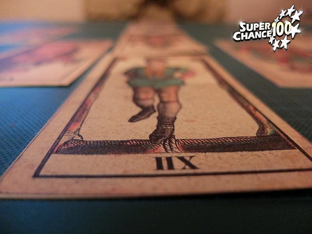 Photographie de cartes du tarot de Marseille posées sur une table.