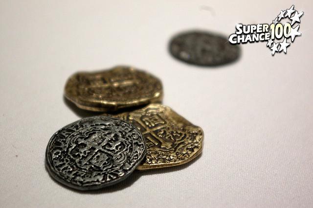 Photographie de trois pièces de monnaie anciennes.