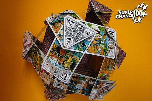 Photographie d'une boule formée par des cartes à jouer.