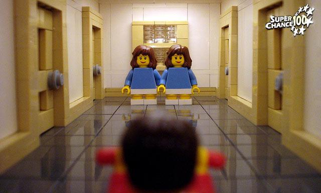Parodie en lego du film The shinning avec la scène des jumelles dans le couloir.