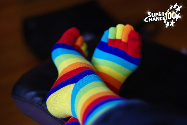 Photographie d'une paire de chausettes arc-en-ciel.