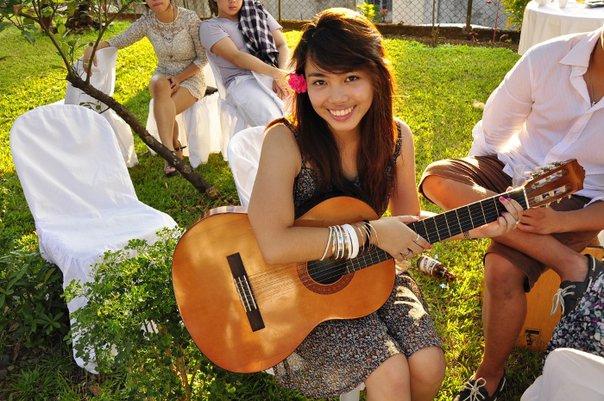Guitariste qui sourit.