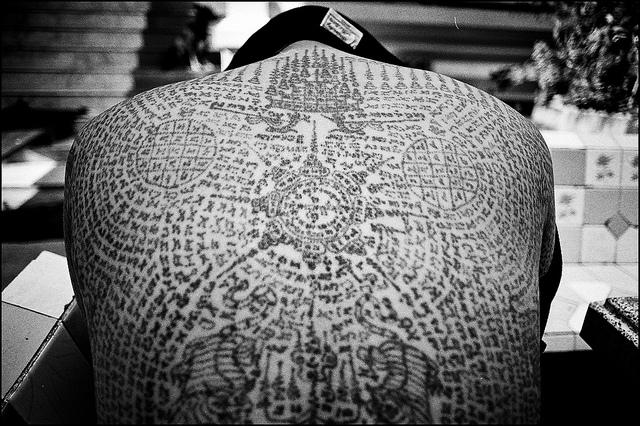 Photographie d'un dos entièrement tatoué de Sak Yant.