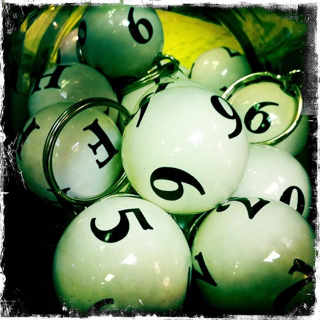 Des balles de loto vertes.