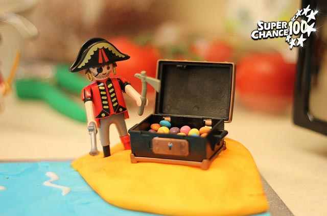 Photographie d'un playmobil pirate devant un coffre au trésor.