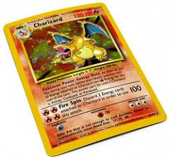 Photographie d'une carte du jeu Pokémon.