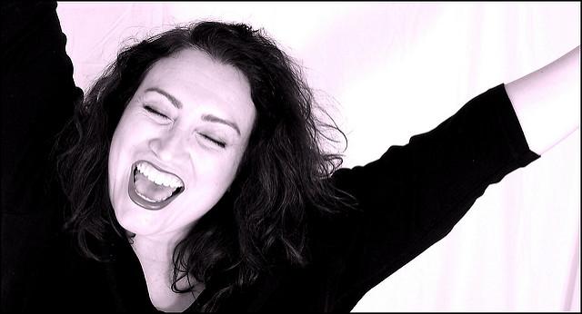 Une femme qui explose de joie.