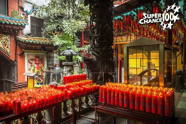 Photographie d'autels recouverts de bougie du temple Ximenting.