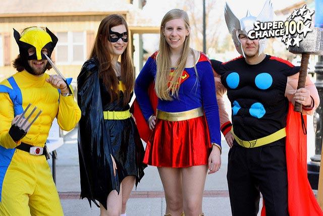 Photographie d'un groupe de personnes déguisées en super héros.