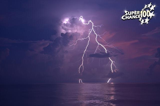Photographie d'un ciel tourmenté avec des éclairs.