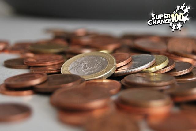 Tas de pièces de monnaie européennes de différentes valeurs.