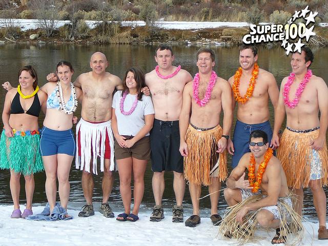 Photographie de groupe sous la neige en tenue traditionnelle hawaïenne.