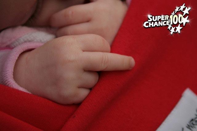 Photographie d'un bébé en train de faire un doigt d'honneur.