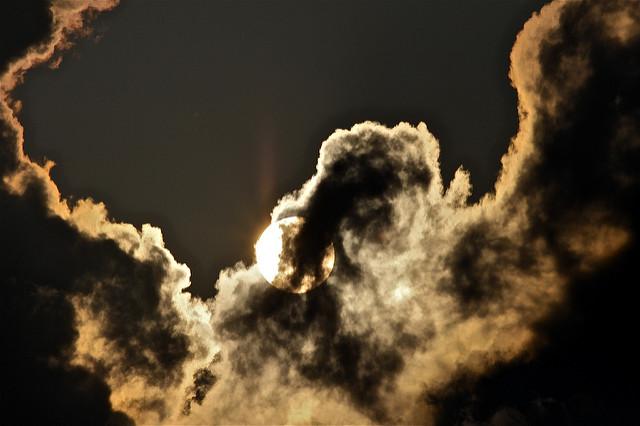 Soleil à travers les nuages, l'espoir d'un temps meilleur.