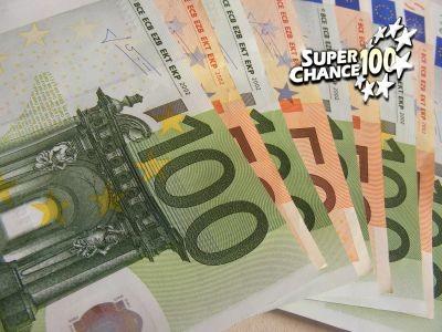 Des billets de 50 et 100 euros étalés en éventail.
