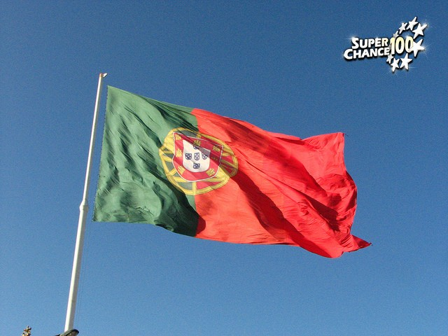 Le drapeau du Portugal flottant au vent.