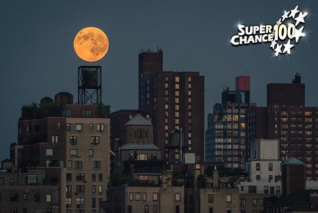 Ville de New York éclairée par une super lune.