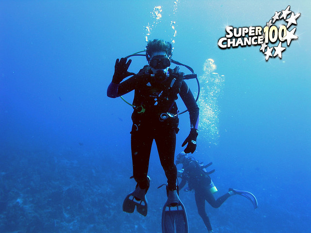 Photographie d'un plongeur sous-marin en pleine immersion.