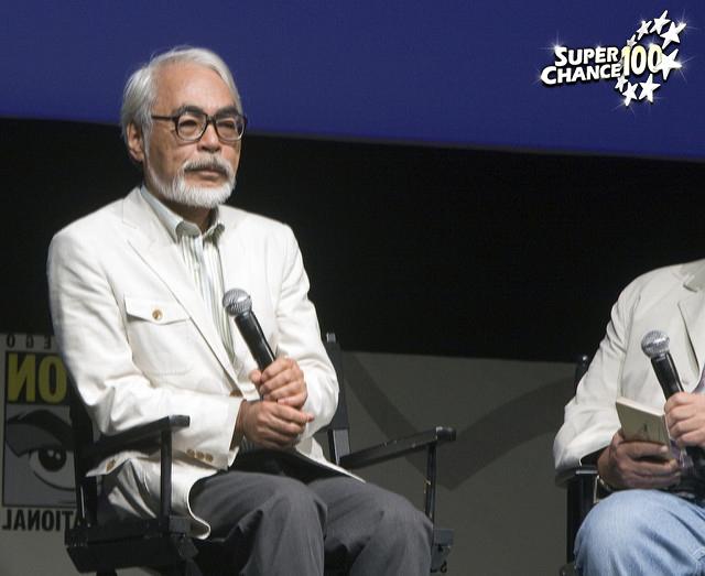 Photographie d'Hayao Miyazaki lors d'une conférence.