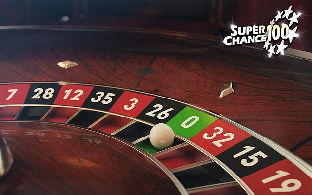 Gros plan sur un le plateau du jeu de la roulette.