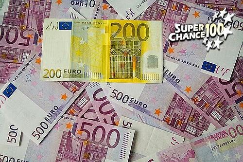 Des billets de 500 euros étallés avec un billet de 200 qui tranche au milieu.
