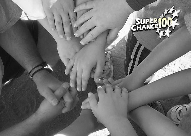 Une équipe fait une ronde de mains.