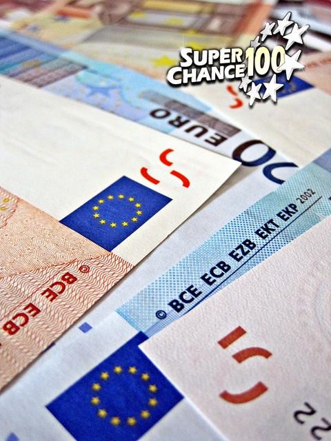 Des billets d'euros.