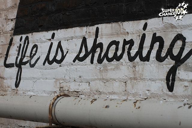 """Mur où il est écrit """"Life is sharing"""" (la vie c'est le partage)."""