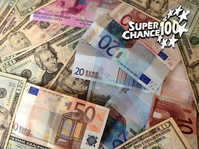 Photographie d'un tas de billets de banque de différentes devises.