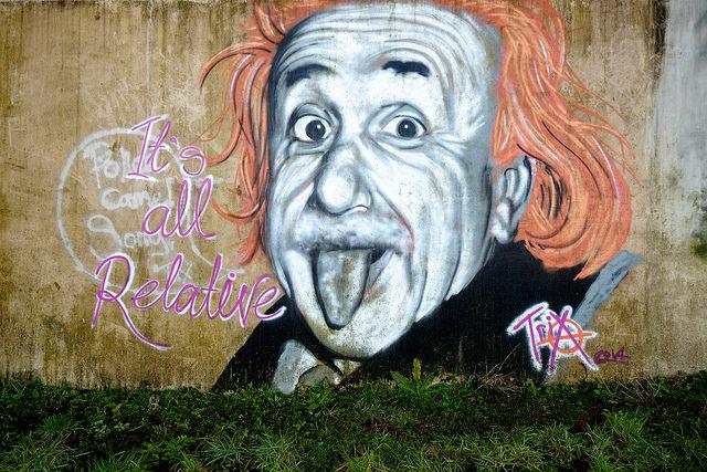Graffiti d'Albert Einstein tirant la langue et la phrase Tout est relatif.