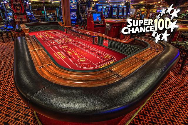 Photographie d'une table de Craps dans un casino.