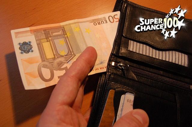 Un portefeuille avec un billet de 50 euros.