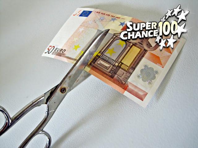 Billet de 50 euros en train de se faire couper en deux.